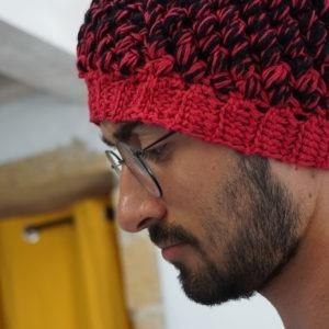 Porter un bonnet fait main bien chaud pour cet hiver